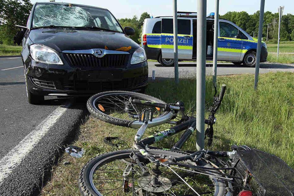 An einer Kreuzung stießen Pkw und Radfahrerin miteinander zusammen.