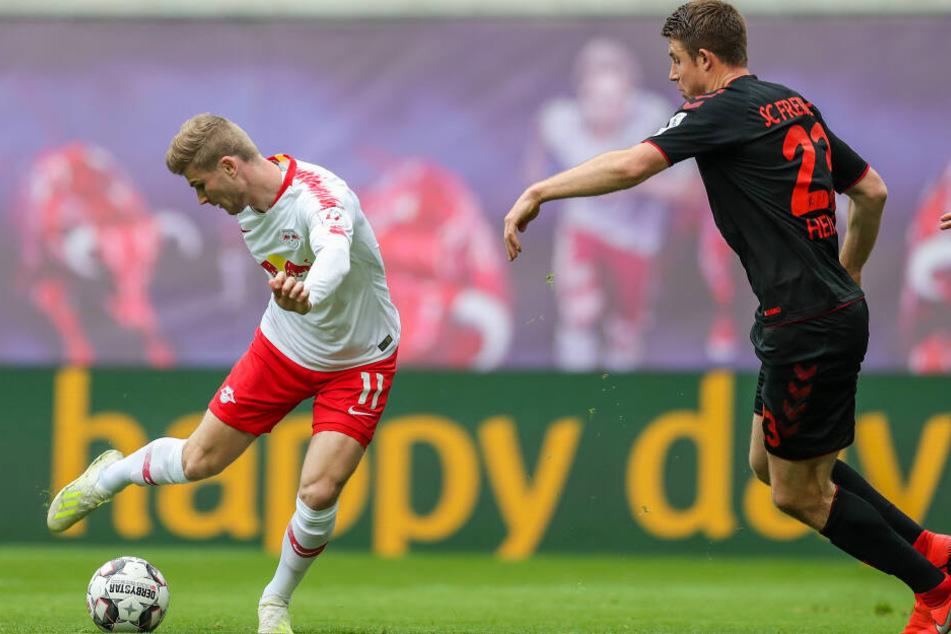 Timo Werner (l.) drehte sich in der 19. Minute um Gegenspieler Dominique Heintz und markierte das 1:0 für RB.