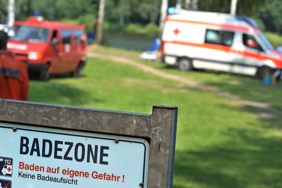 Rettungswagen stehen nach einem Badeunfall an einem See. (Symbolbild)