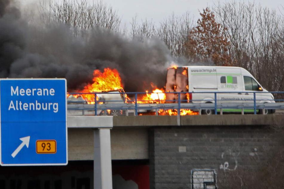 Der Wohnanhänger fing auf der Autobahnzufahrt zur A4 Feuer.