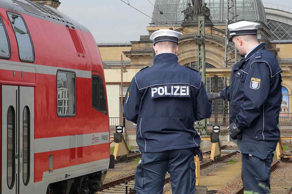 Ein-S-Bahn-Reisender zeigte Beamten den Hitlergruß und versuchte, ihnen einen Kopfstoß zu verpassen.