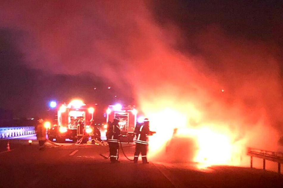 Mitten auf Berliner Ring: Auto geht in Flammen auf