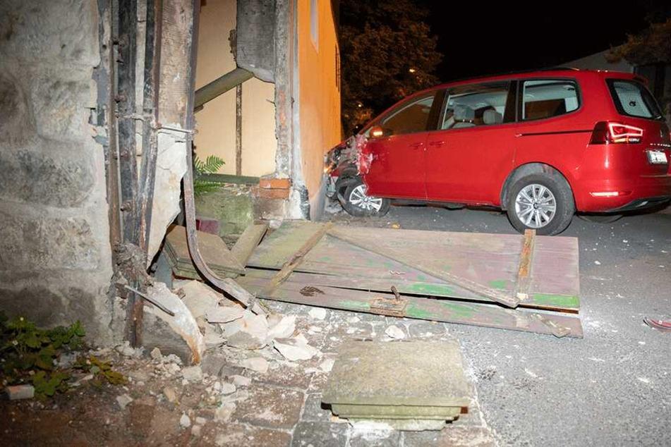 Der Eingangsbereich eines Hauses und die Hausmauer kamen zu Schaden.