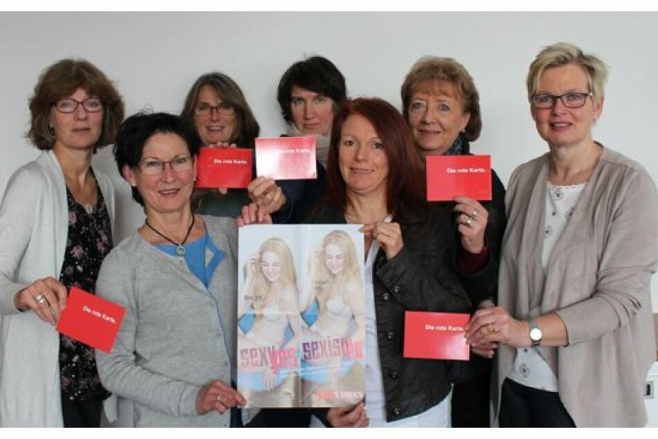 """Die Gleichstellungsbeauftragten im Kreis Gütersloh unterstützen mit der roten Karte die Kampagne von """"Pinkstinks"""" gegen frauenfeindliche Werbung."""