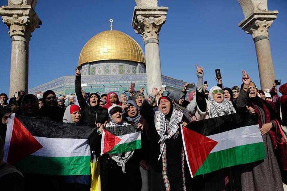 Menschen demonstrieren vor der Al-Aksa-Moschee in Jerusalem gegen die Anerkennung von Jerusalem als Hauptstadt von Israel durch US-Präsident Trump.