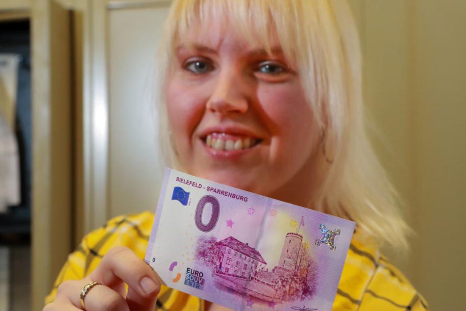 Jacky Rieger zeigt stolz die Bielefelder-Banknote.