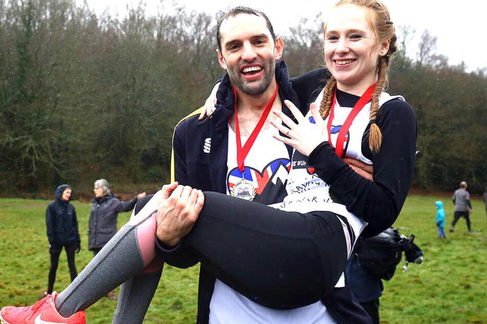 Chris Hepworth und seine Freundin Tanisha Prince überglücklich im Ziel.