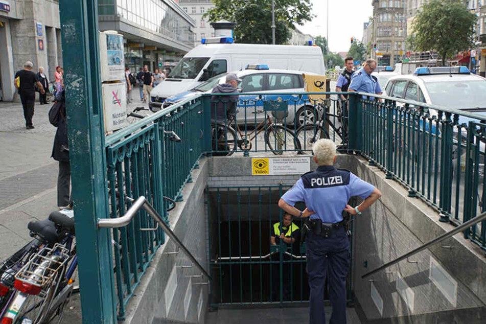 Kein rein und raus mehr: Der U-Bahnhof wurde abgeriegelt.