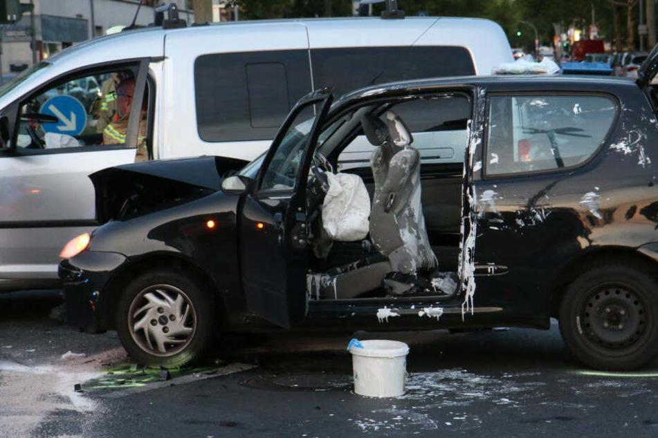 Farbeimer flog durchs Auto: Fünf Verletzte nach Kreuzungscrash