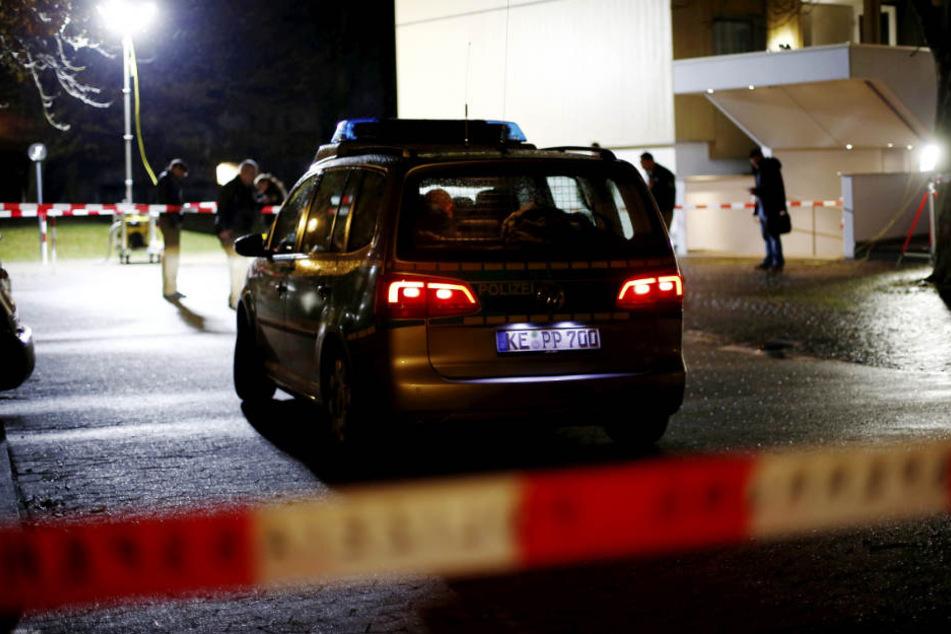 Ein Polizeiwagen am Abend des 18. November 2016 vor dem Hochhaus in Neu-Ulm. (Archivbild)