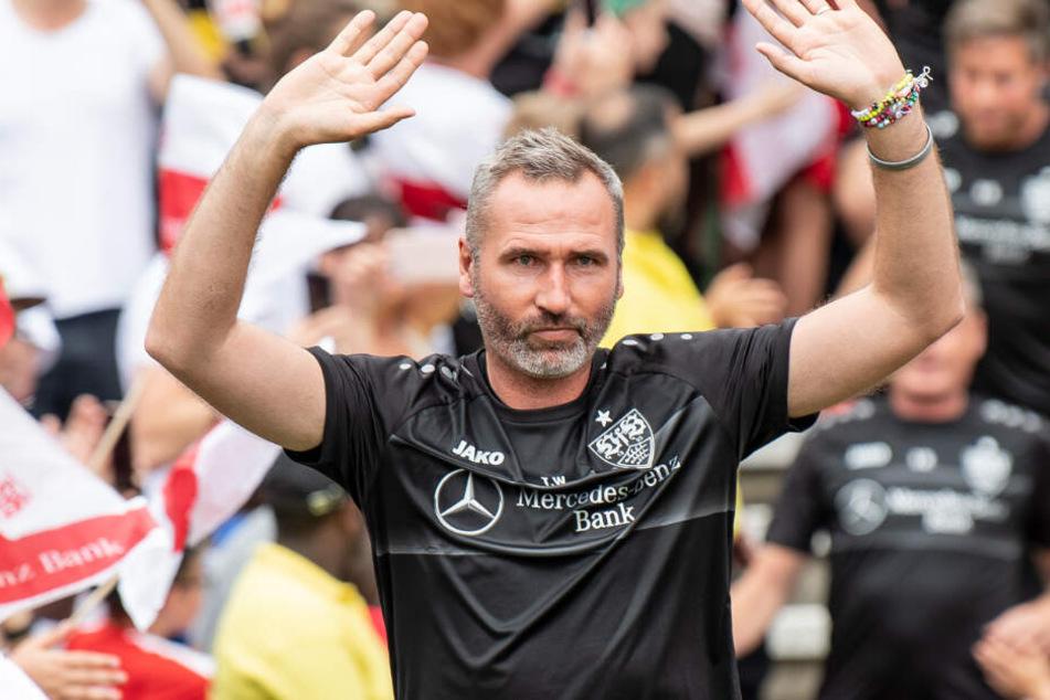 Seit Ende Juni im Amt: Stuttgarts Trainer Tim Walter begrüßt die Fans beim Trainingsauftakt.