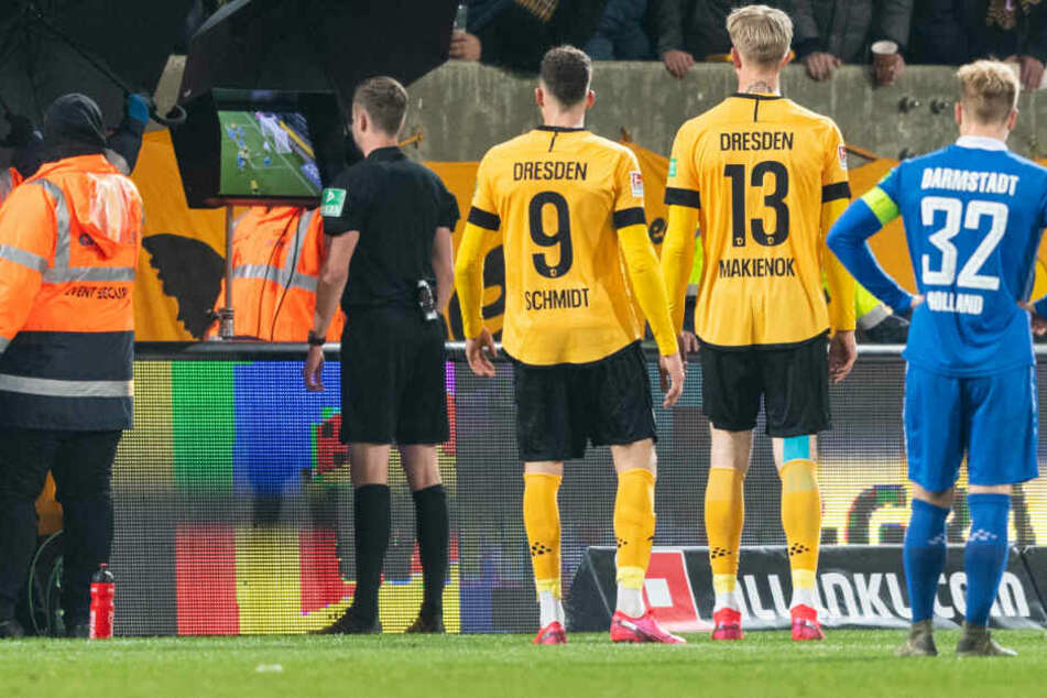 Schiedsrichter Michael Bacher hatte sich die strittige Szene im Stadion auf einem Bildschirm angeschaut.