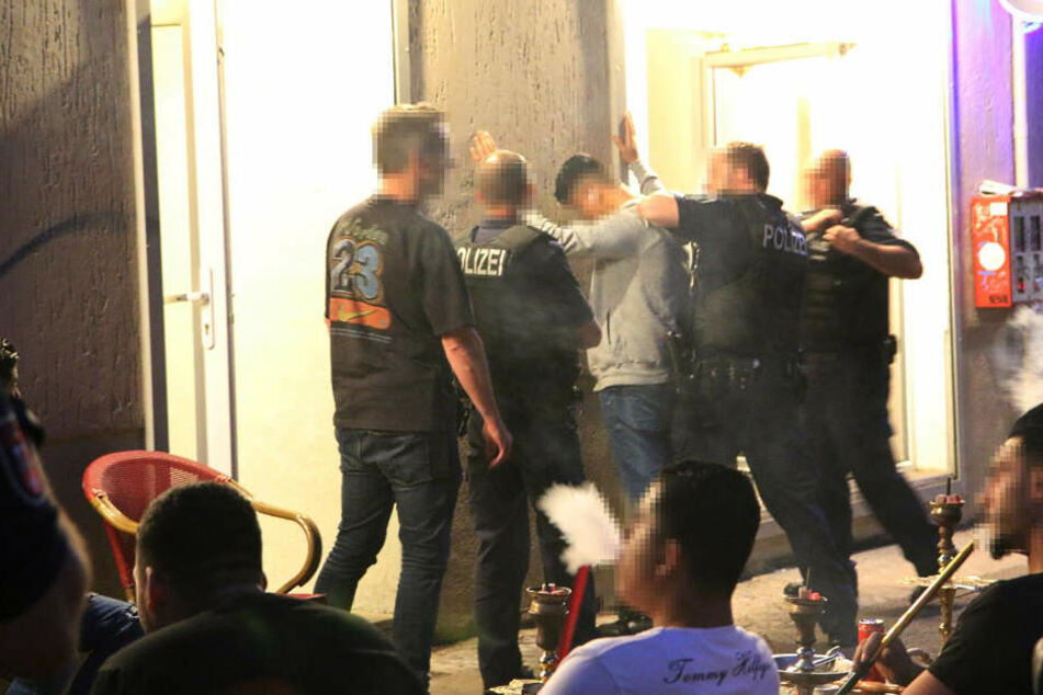 Berlin: Großrazzia in Berliner Shisha-Bars: Verbotene Waffen und kiloweise Drogen gefunden