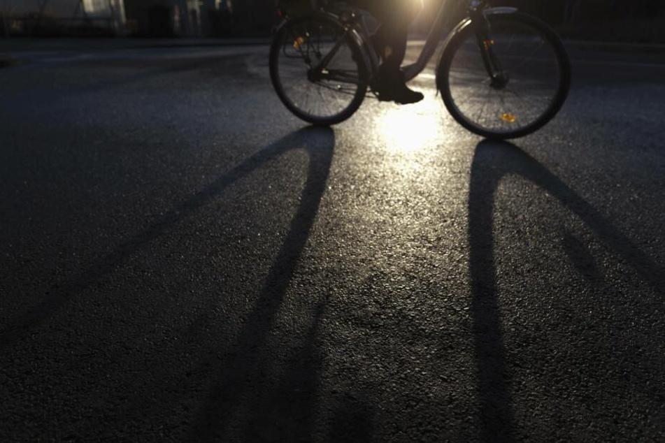 Als der 17-Jährige sich mit seinem Fahrrad nach hause begab, lauerten ihm drei Unbekannte auf. (Symbolbild)