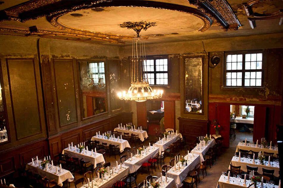 Der 120 m²  große Spiegelsaal im Ballhaus ist etwas in die Jahre gekommen.
