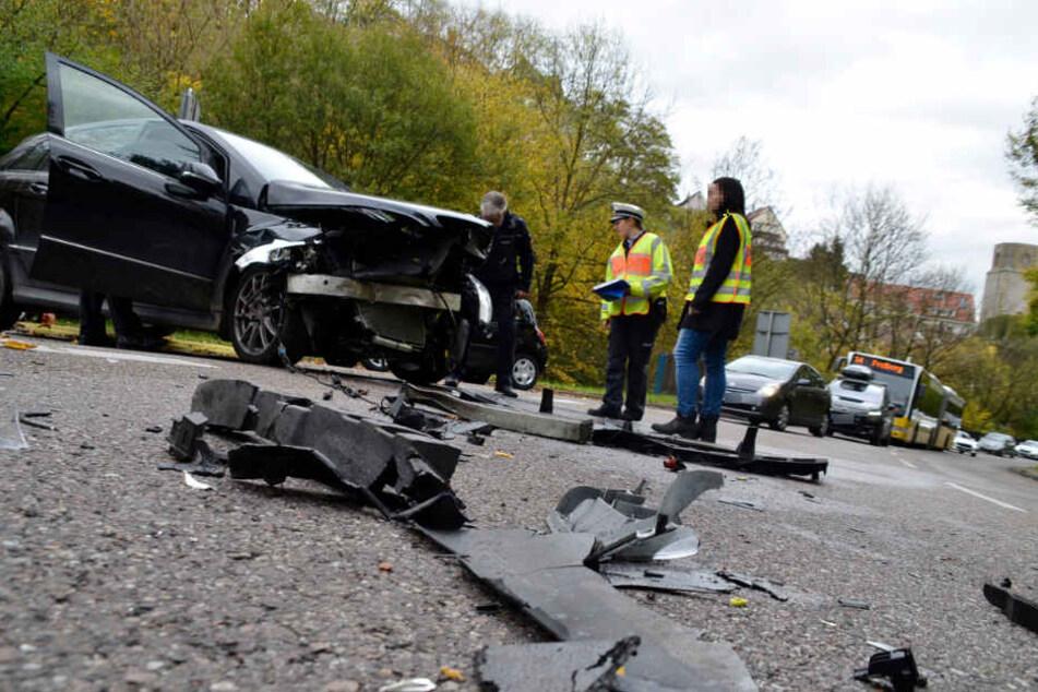 Trümmer des Mercedes liegen auf der Straße.