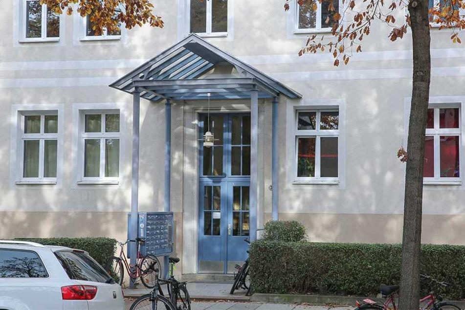 Ein Mann (22) betrat dieses Mehrfamilienhaus an der Reichenbachstraße und trat oben eine Wohnungstür ein.