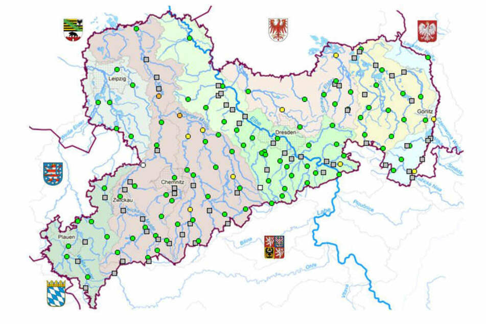 Übersicht über Sachsens Flüsse: gelbe Punkte markieren die Alarmstufe 2, orange Punkte die Alarmstufe 3.