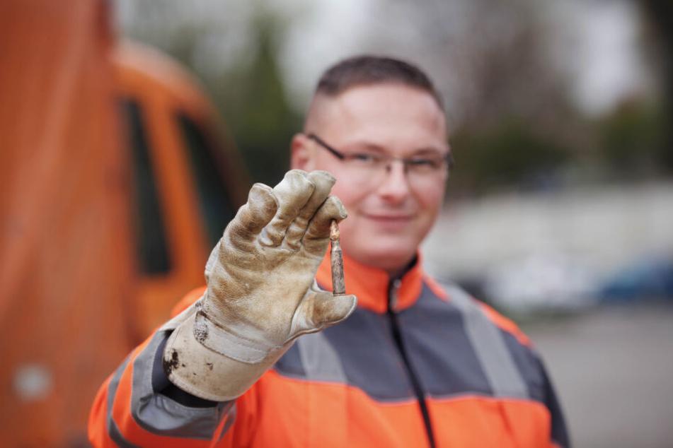 Manuel Körner (33) von der Stadtreinigung fand sogar Weltkriegsmunition. Diese wird nun gesondert entsorgt.