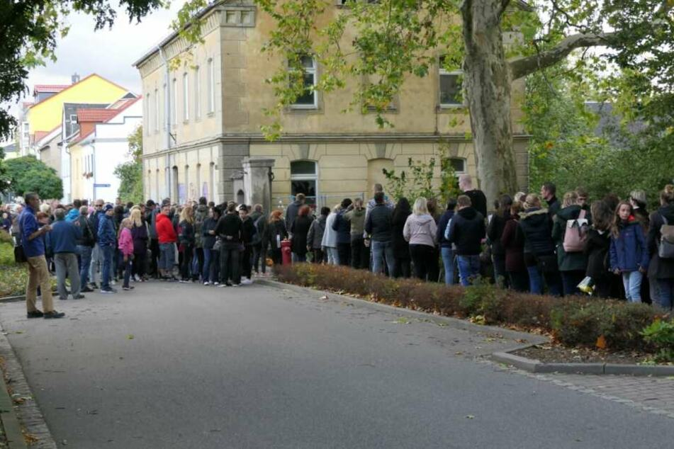 Etwa 500 Menschen hatten sich am Montag vor der alten Mühle versammelt, um dem verstorbenen Lion zu gedenken.