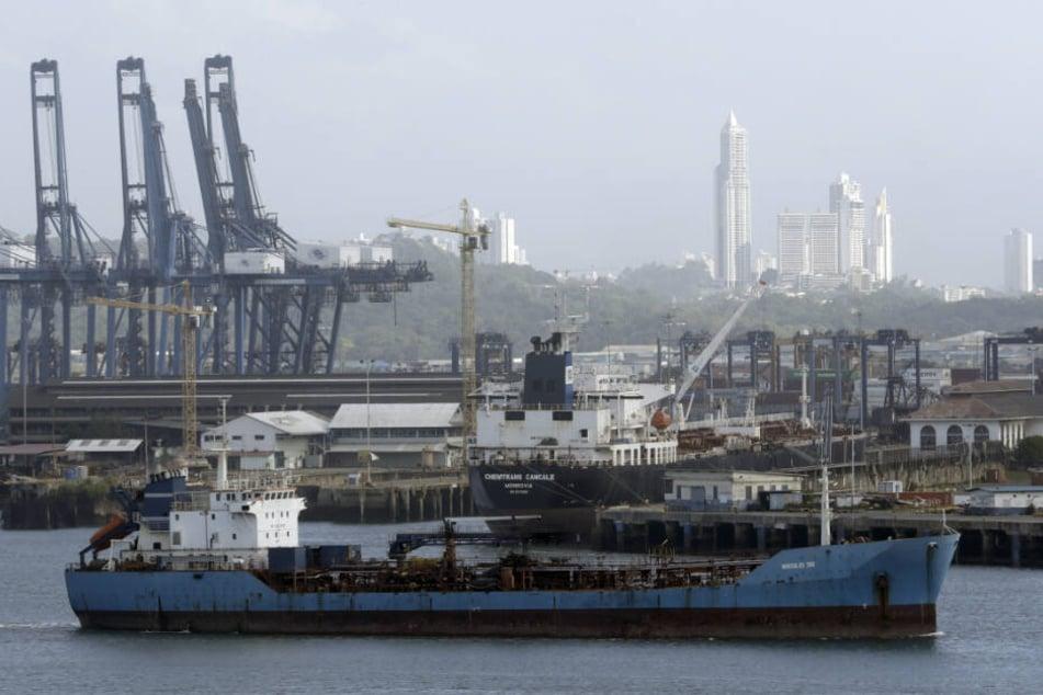 Ein Frachtschiff beendet seinen Transit durch den Panamakanal auf der Pazifikseite.