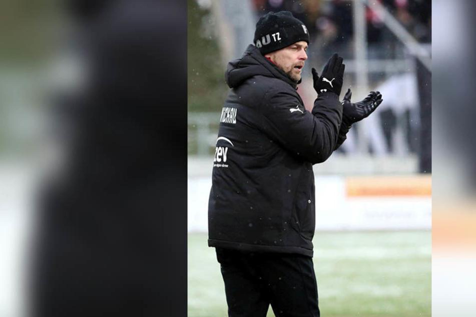 Beifall für Nils Miatke: FSV-Trainer Torsten Ziegner ist zufrieden.