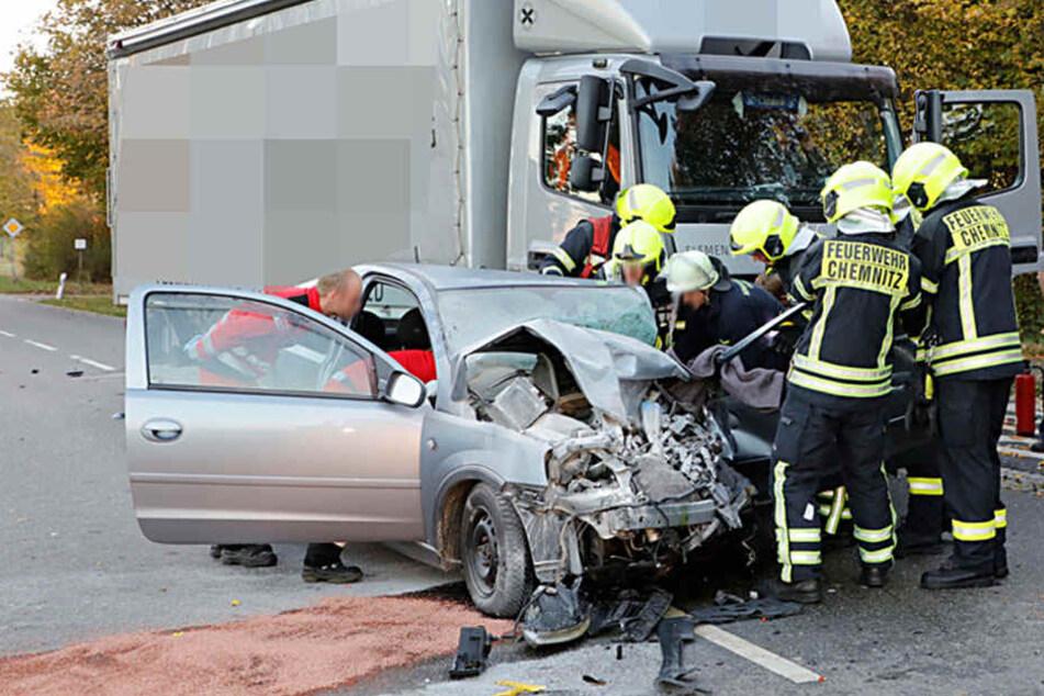 Der Opelfahrer wurde in seinem Auto eingeklemmt, musste von der Feuerwehr befreit werden.