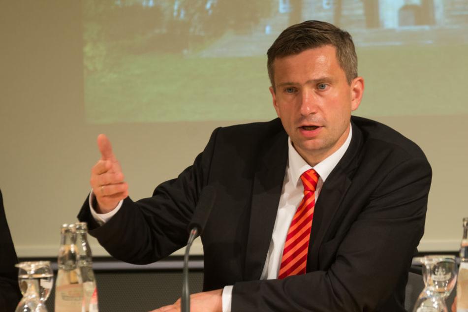 Verkehrsminister Martin Dulig (43, SPD) will die Straßen auf dem Land besser machen.