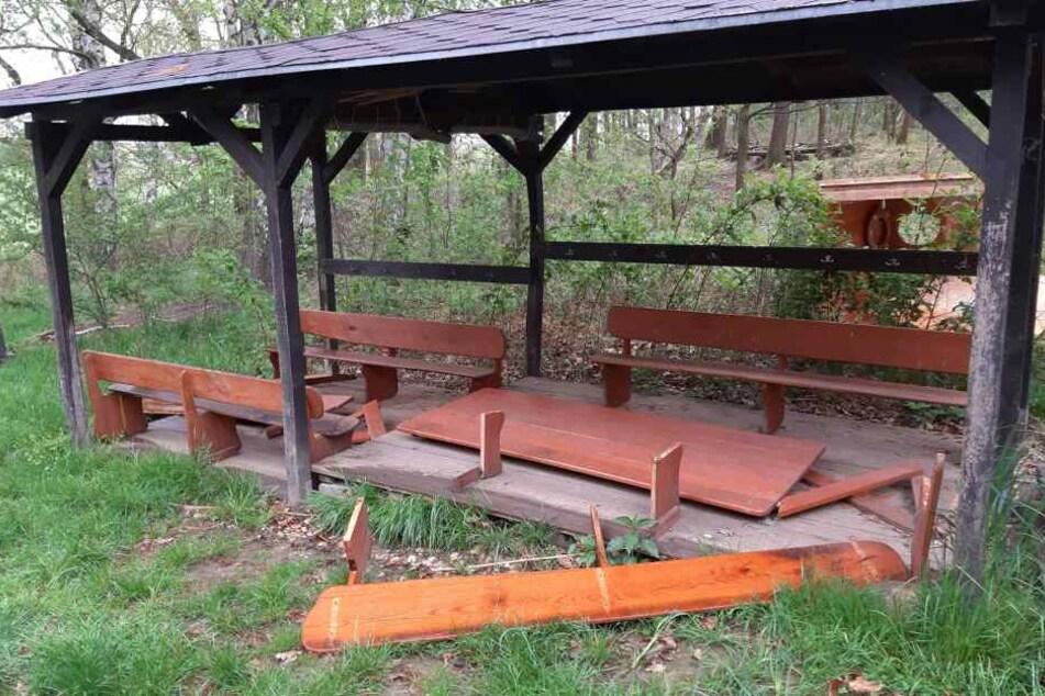 Die Tischbeine liegen verstreut, die Platte auf dem Boden. So haben Vandalen eine ehrenamtlich geschaffene Waldsitzgruppe in Seelingstädt hinterlassen.