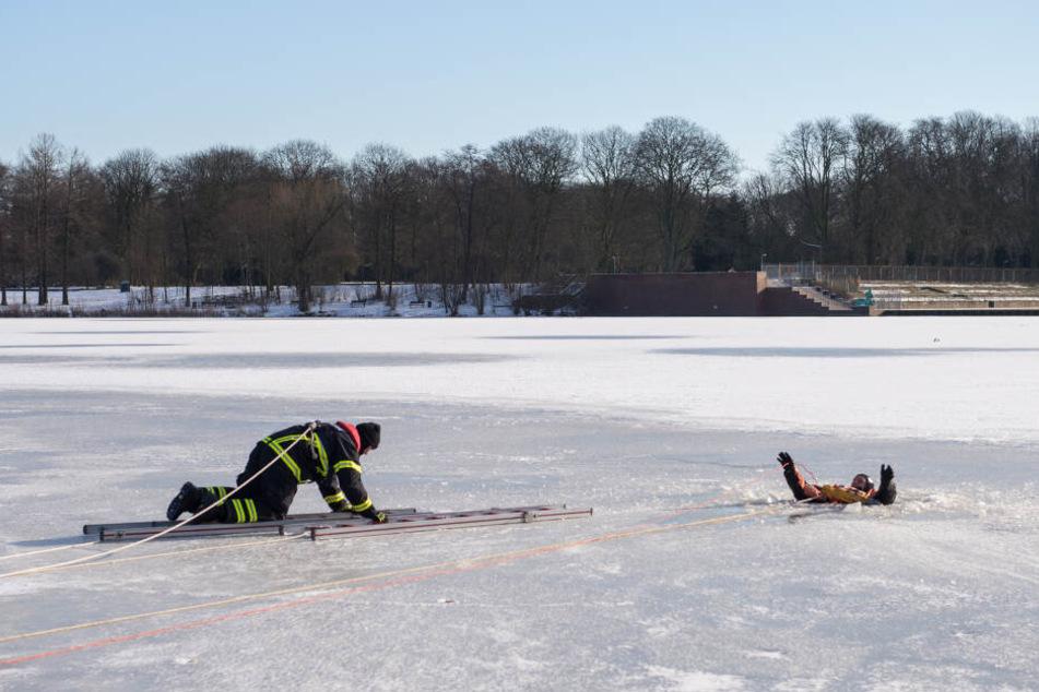 Tipps zur Hilfe und Vorsorge: Was tun, wenn man im Eis einbricht?