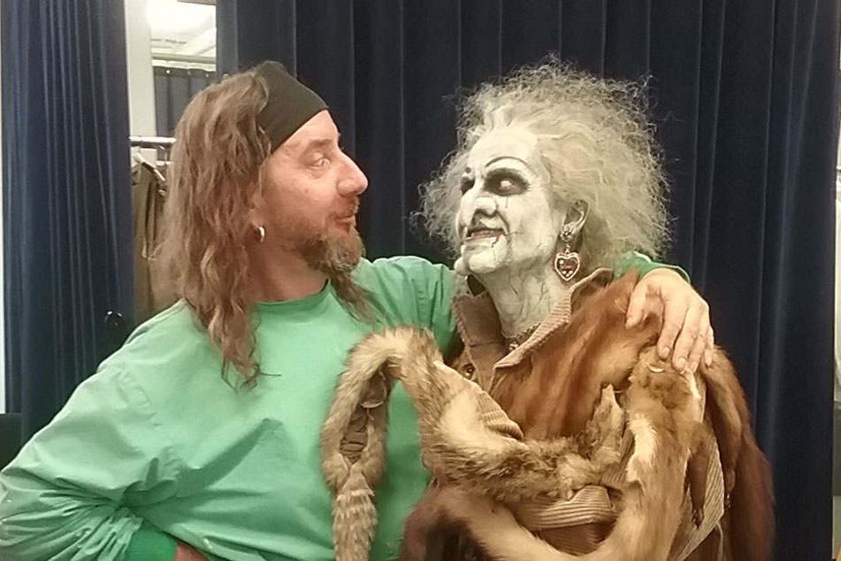 Chef-Maskenbildner Thorsten Fietze (47) nimmt nach zwei Stunden Arbeit seine fertige Hexe in den Arm.
