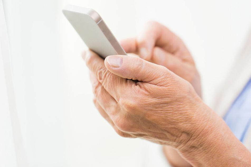 Die Seniorin telefonierte mehrfach mit den Trickbetrügern. (Symbolbild)