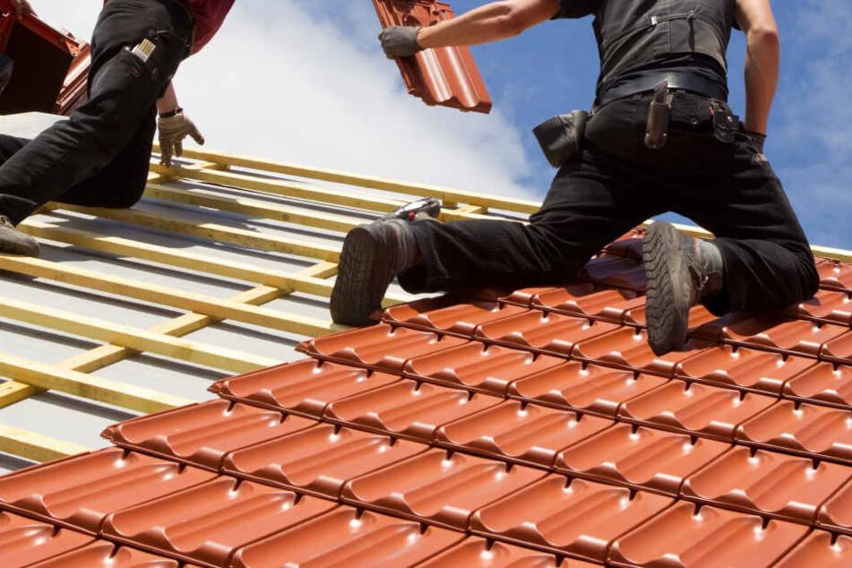 """Obwohl der Gartenbesitzer ablehnte, stiegen die Männer aufs Dach und begannen mit der """"Arbeit"""". Dann verlangten sie Geld (Symbolbild)."""