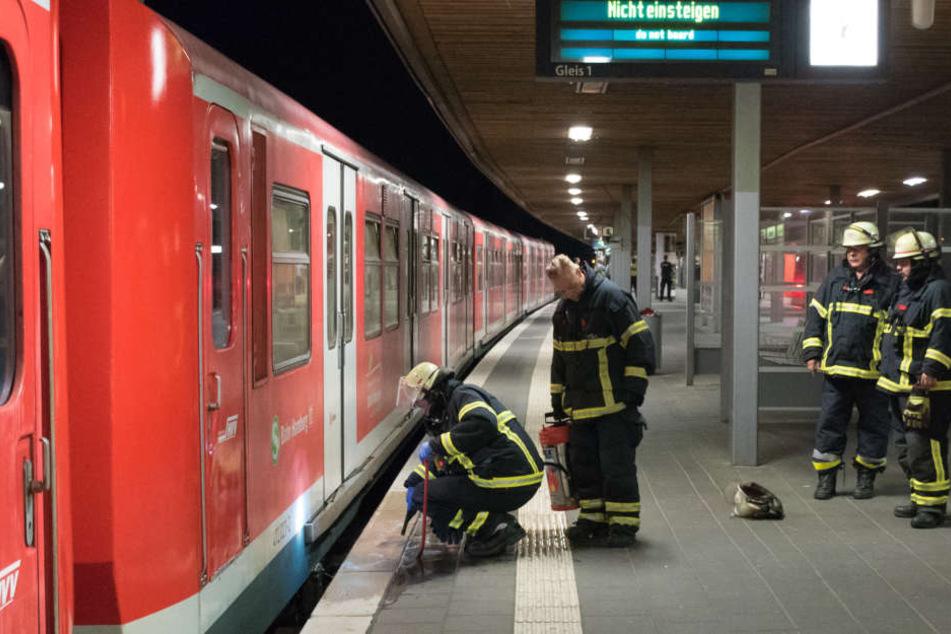 Die Feuerwehr Hamburg reinigte noch in der Nacht die Unfallstelle.
