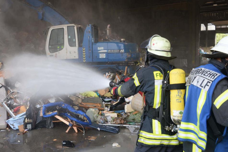 Müll in Flammen: Feuer wütet bei Abfallentsorger Tönsmeier