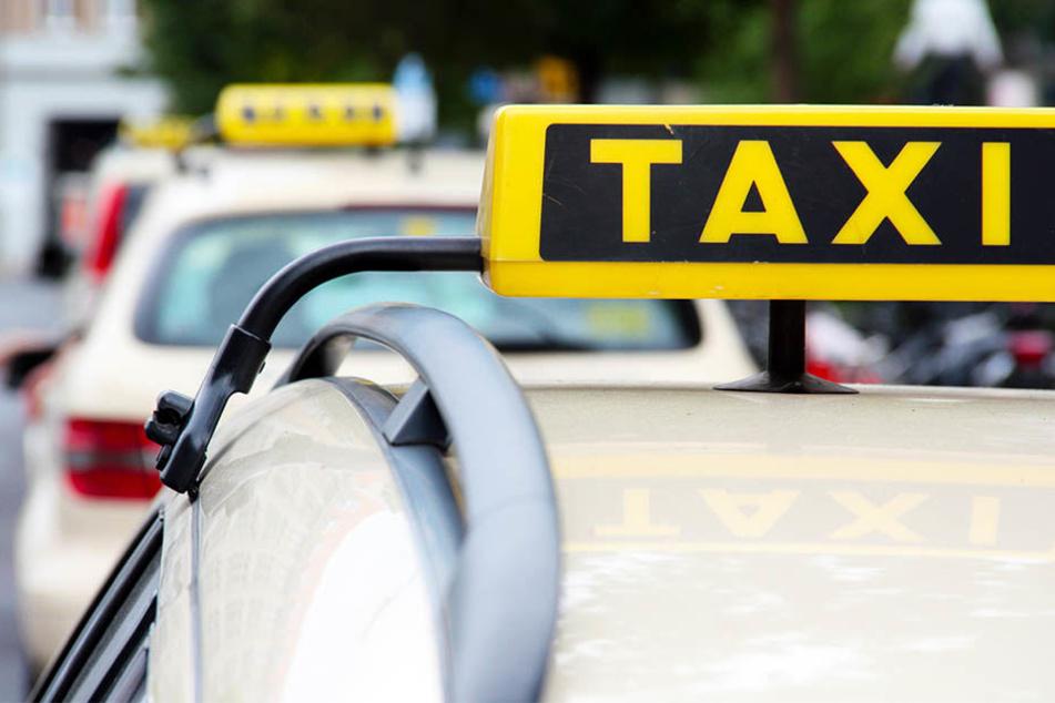 Die dreifache Mutter hatte das Taxi stoppen wollen und den Fahrer bei etwa 70 Stundenkilometern vom Rücksitz aus attackiert. (Symbolbild)