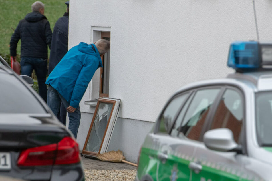 Polizeibeamte sichern Spuren an einem Wohnhaus. In dem Einfamilienhaus in Niederbayern hat die Polizei drei Leichen gefunden.