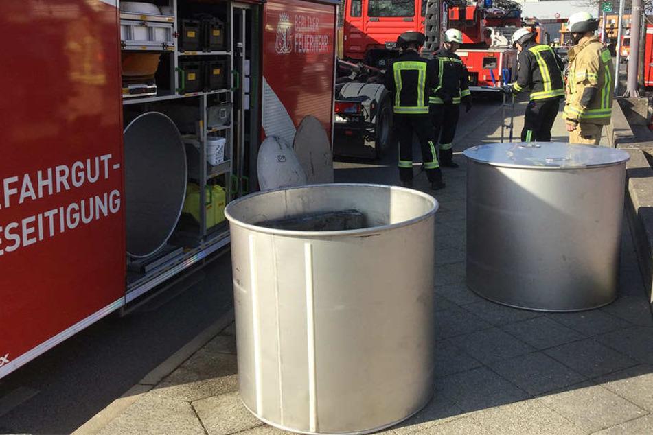 Die Chemikalienfässer werden von der Feuerwehr in größere Behältnisse verpackt.