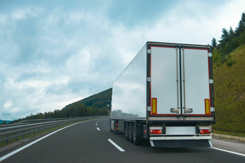 Auf der Ladefläche eines Sattelaufliegers hat ein Lastwagenfahrer am Dienstagnachmittag fünf afghanische Flüchtlinge gefunden. (Symbolbild)