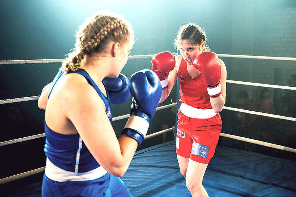 Martina Oberholzer (Tabea Buser, r.) wollte eigentlich über die Dopingszene beim Boxen auspacken.