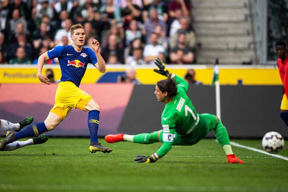 Das 2:0 für RB Leipzig: Marcel Halstenberg (l.) überwindet Gladbachs Keeper Yann Sommer.