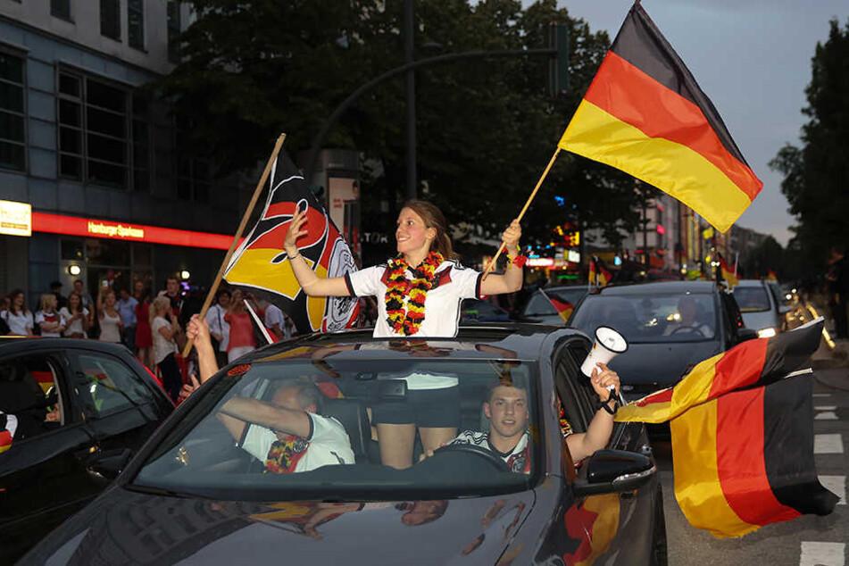 Diese feiernden Fans auf der Hamburger Reeperbahn haben laut der Beamten gleich drei Verbote missachtet!