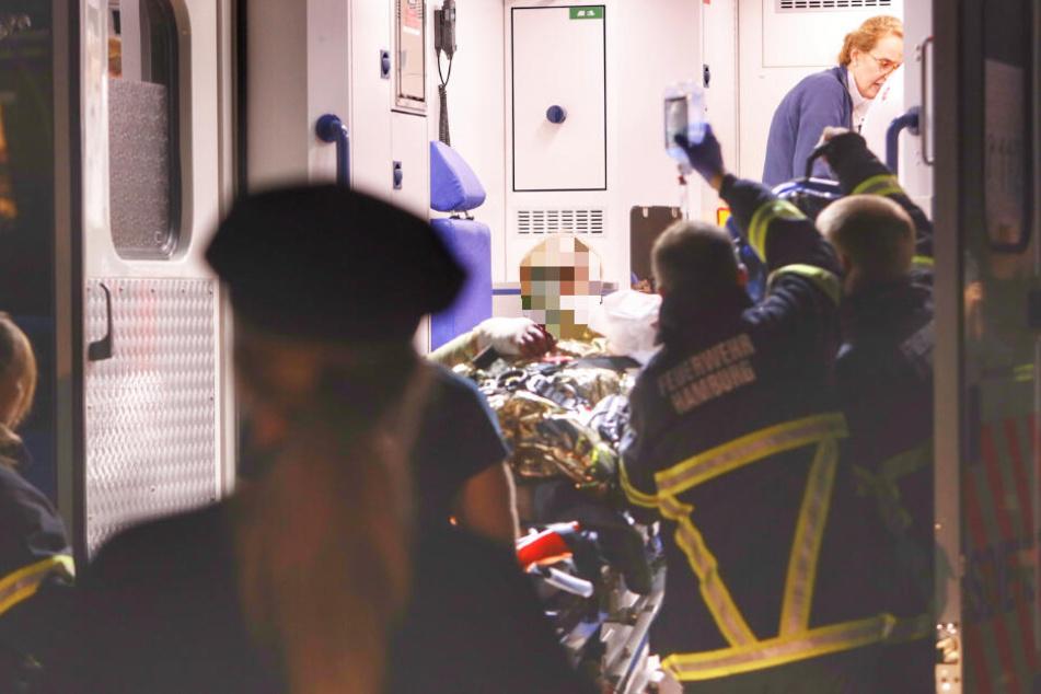 Der Schwerverletzte wird in den Rettungswagen geschoben.