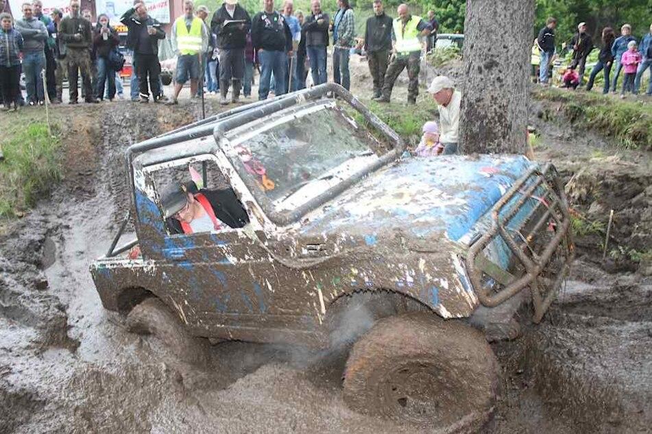 Durchs Schlammloch den Steilhang hinauf: Für die meisten der Spezial-Jeeps  kein Problem.