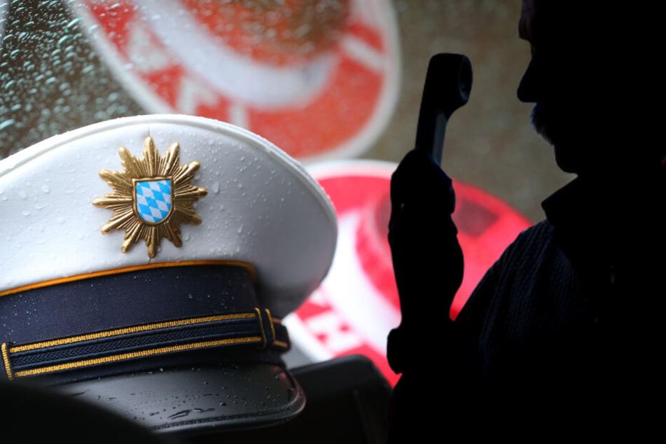 Ein Mann hat sich bei einer Münchnerin als Polizist ausgegeben und sie bestohlen. (Symbolbild)