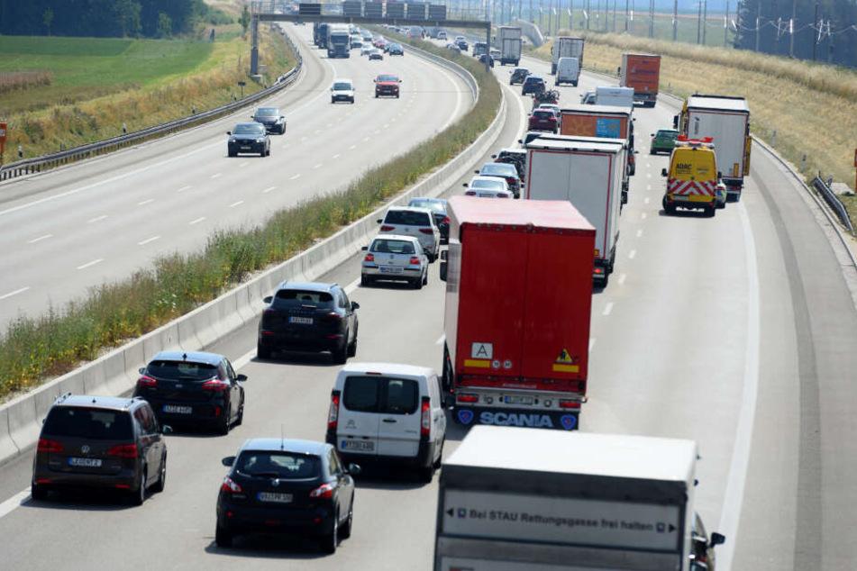 Der ADAC warnt vor einem massiven Verkehrsaufkommen zum Ferienbeginn in Bayern. (Archivbild)