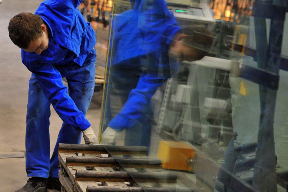Bei der Arbeit kippten die Scheiben auf den jungen Mann, der dabei schwere Kopf- und Beinverletzungen erlitt. (Symbolbild)