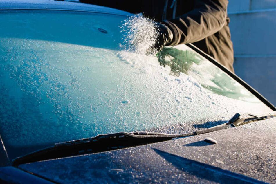 Das Wetter zwingt viele Autofahrer zum Scheibe-Kratzen!