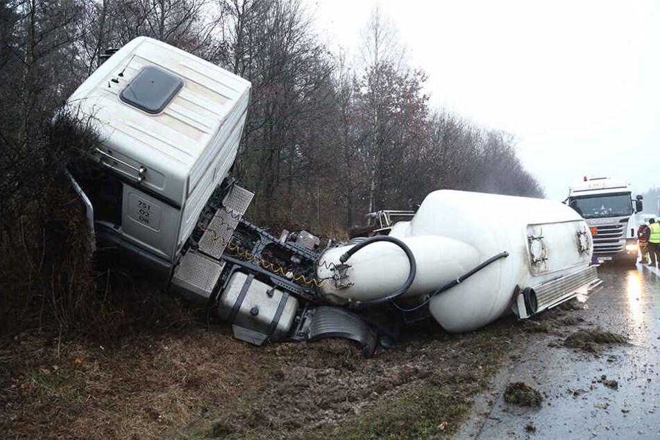 Der Lkw muss nun aus dem Graben geborgen werden.