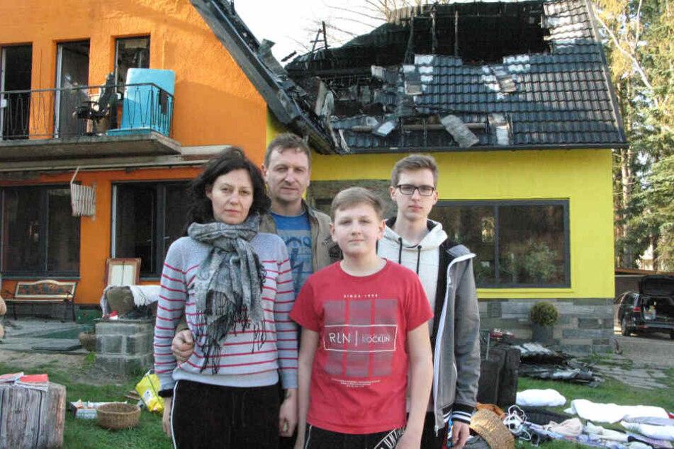 Familie Peters vor ihrem zerstörten Haus: In den schweren Stunden wird ihnen viel Hilfe zuteil.